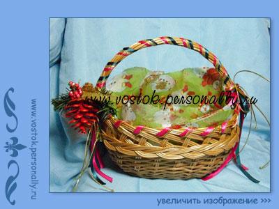 плетенная корзина с новогодним декором
